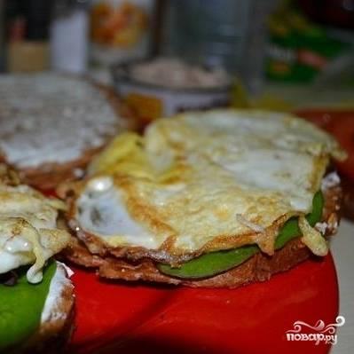 Теперь кладем в сэндвич обжаренное яйцо.