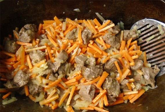 Теперь добавляем морковь, обжариваем до готовности.