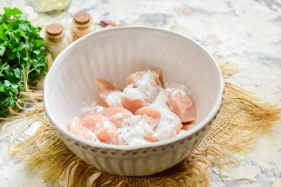 Переложите куриное филе в миску, добавьте кукурузный крахмал, перемешайте и оставьте на 10 минут.
