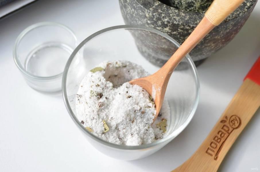 3. Положите сахар в соль и специи. Перемешайте хорошо ложкой.