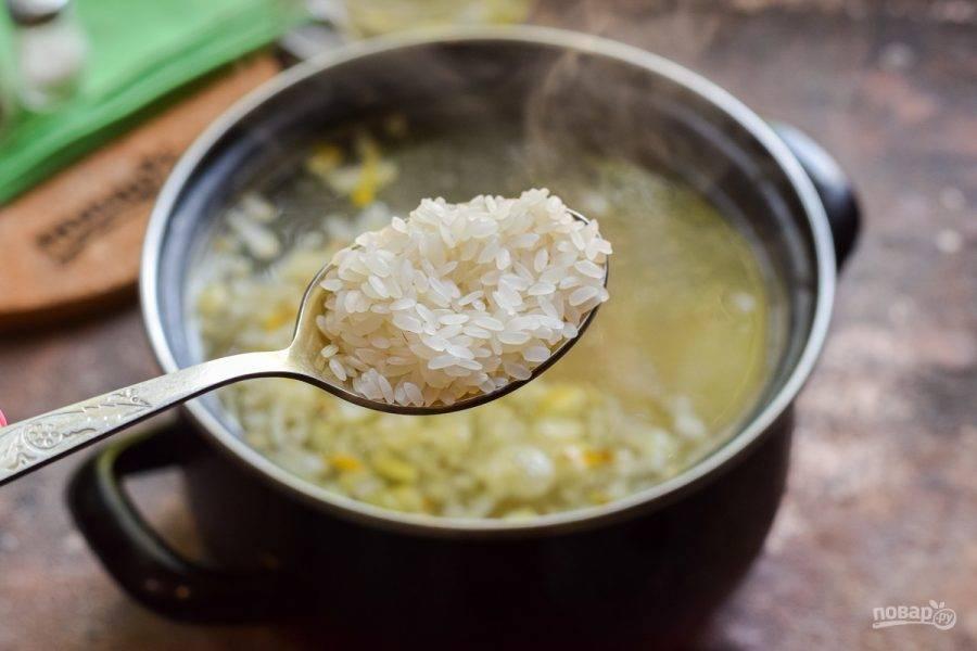 Следом добавьте рис в суп. Варите суп 15 минут. Добавьте соль и перец по вкусу.