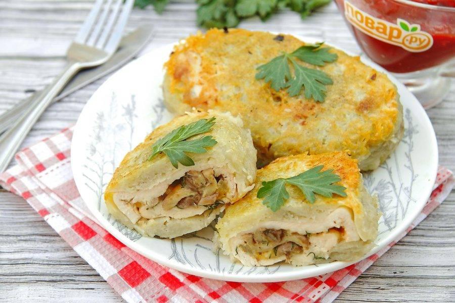 Фаршированные котлеты в картофельной шубке готовы. Подаем самостоятельно со свежими овощами или любым любимым соусом по вкусу. Приятного аппетита!