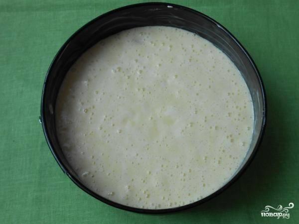 9. Вылейте тесто в форму и отправьте в духовку.