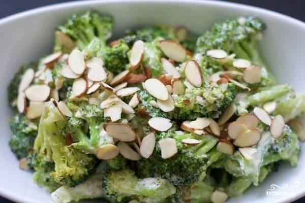 8. Подавать к столу брокколи с рикоттой в домашних условиях можно с орешками. И теплым, и холодным это блюдо одинаково вкусное. Приятного аппетита!