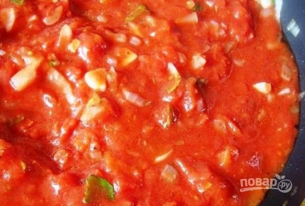 Даем соусу покипеть минут 15 и затем выкладываем в него тефтели. Тушим еще минут 10-15.