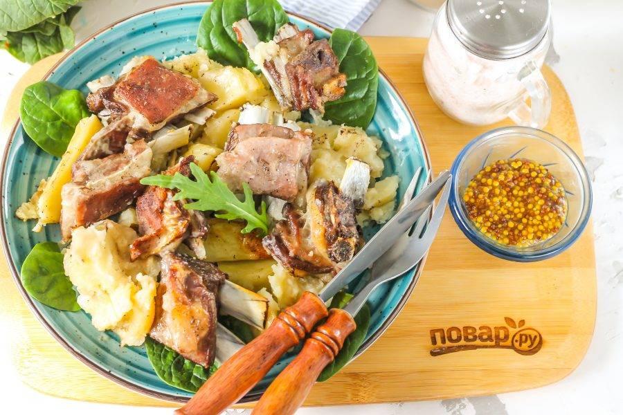 Выложите блюдо на тарелки и подавайте к столу. Козлятину, как и баранину, едят только горячей!