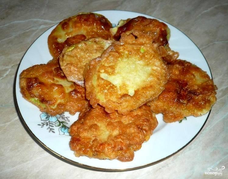Перед тем, как подавать жареные кабачки, я рекомендую переложить их на салфетки, чтобы стек жир. После этого кладем кабачки на тарелку. Они подойдут в качестве закуски к любому соленому блюду. Приятного аппетита!