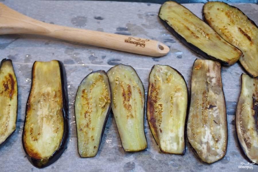 На растительном масле, на разогретой сковороде надо обжарить баклажаны с двух сторон до румяности. Уложите баклажаны на противень, застеленный пергаментом для выпечки (чтоб упростить процесс мытья противня в дальнейшем).
