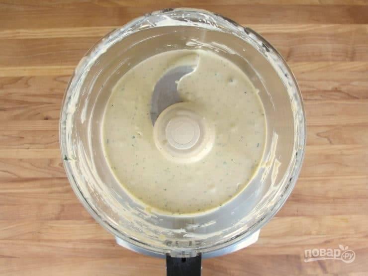 2. В это время сделайте соус, измельчив в блендере сыр с молоком, йогуртом и лимонным соком. В конце добавьте соль и перец. Перемешайте.