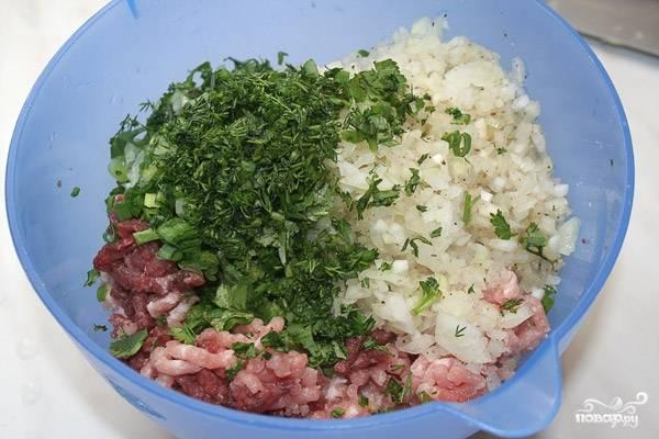 Фарш смешать с нарезанным луком, добавить соль, перец. Хорошо вымешать. В фарш добавить нарезанную зелень, немного воды. Перемешать.