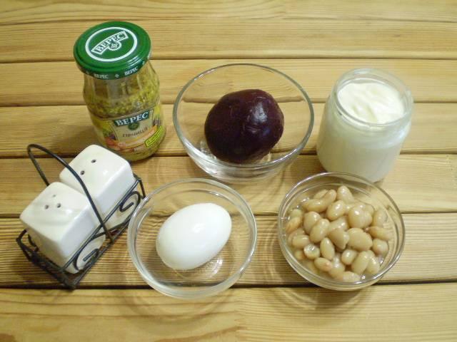 1. Приготовим продукты. Свеклу и яйцо отварить, очистить. Фасоль можно использовать консервированную или же отварить самостоятельно. Я предлагаю купить готовую вареную свеклу и консервированную фасоль - так быстрее.