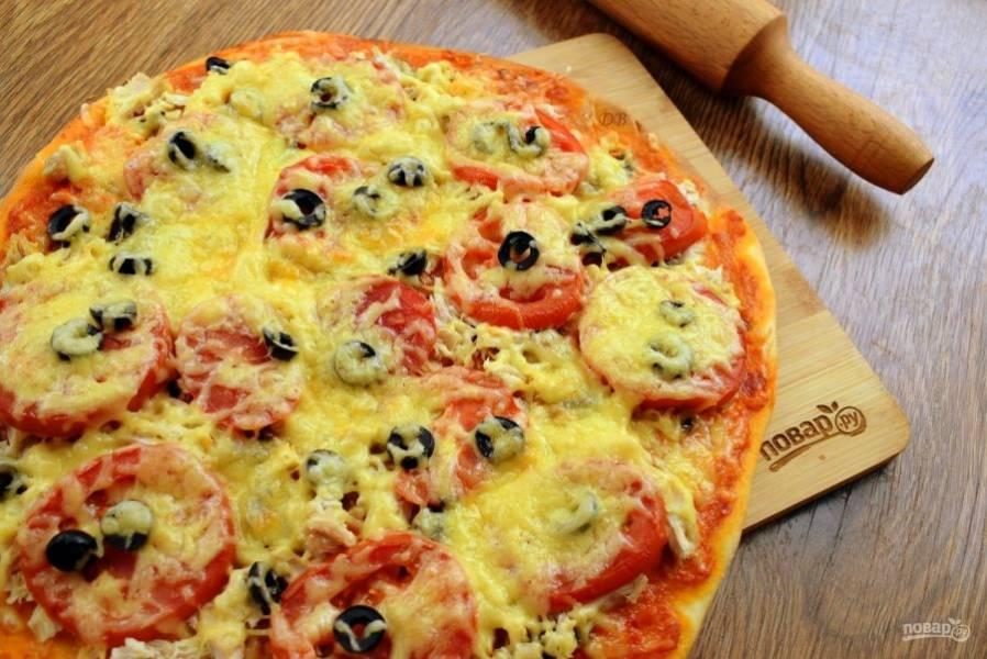 Присыпьте сверху сыром и поставьте пиццу в разогретую духовку запекаться на 15-20 минут. Ориентируйтесь по своей духовке. Пока одна  пицца запекается, приготовьте вторую.