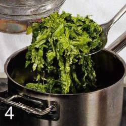 Савойскую капусту опустить в кипящую воду на полторы минуты, затем переложить в миску с ледяной водой.