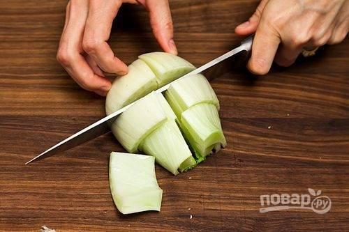 3.Половину луковицы фенхеля вымойте и нарежьте крупными кусками.