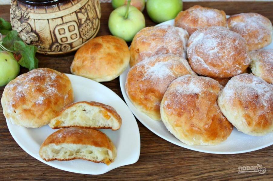 Готовые творожные булочки посыпаем сахарной пудрой и подаем к столу. Приятного чаепития!