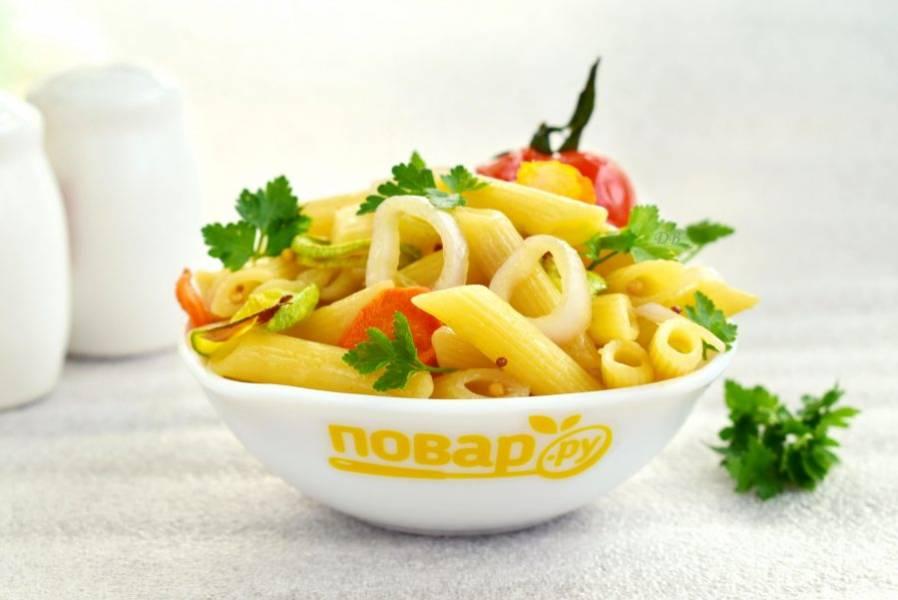 Соедините пасту с запеченными овощами, залейте заправкой и перемешайте. Приятного аппетита!