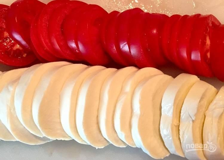 1.Помойте помидоры. Порежьте кружочками помидоры и сыр.