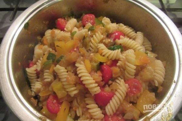 """6.Приготовьте пасту """"аль денте"""", согласно инструкции на упаковке, и смешайте с овощным рагу."""
