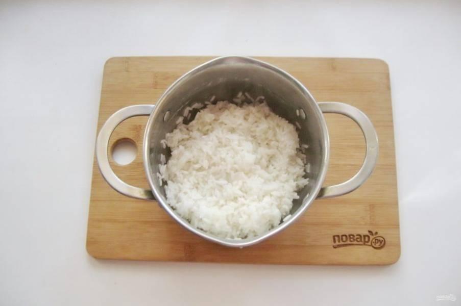 Отварите рис. Для этого его промойте и выложите в кастрюлю с горячей водой. Посолите по вкусу. Соотношение риса к воде 1:2.