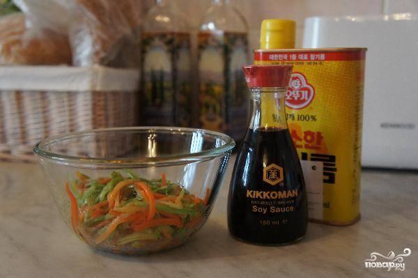 Обжаренные овощи заправляем кунжутным маслом и соевым соусом.