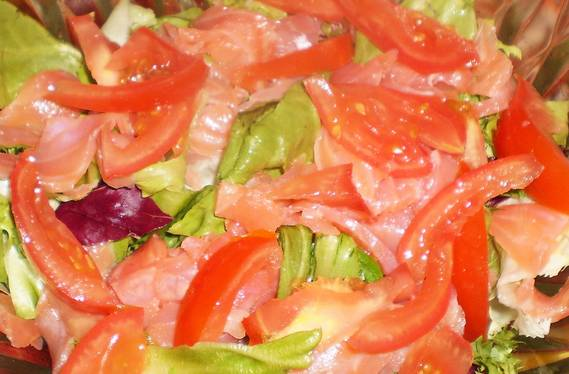 Помидоры тщательно омеми нарезаем тонкими дольками, кладем в салат.