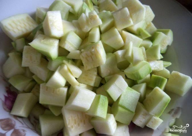 Промойте хорошенько молодые кабачки под холодной водой. Нарежьте их на небольшие куски. Крупные куски будут дольше обжариваться.