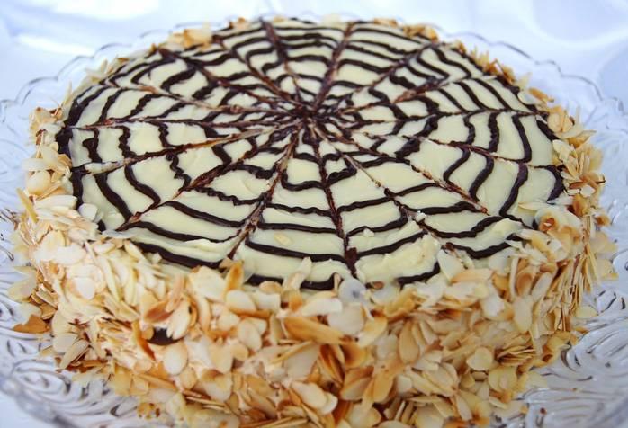 Готовый торт заливается растопленным шоколадом со сливками, а бока украшаются миндальными лепестками. Приятного чаепития!