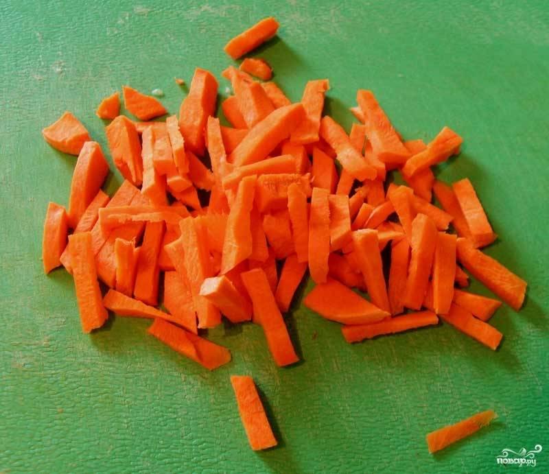 Морковь нарезать брусочками.