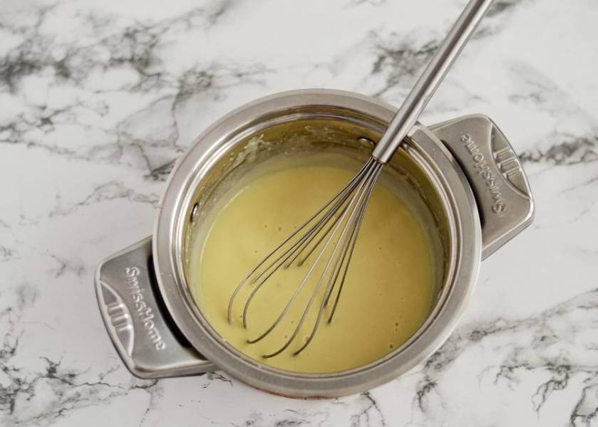 В кастрюле с толстым дном обжарьте на среднем огне муку до золотистого цвета. Добавьте растительный спред, перемешайте. Затем добавьте соль, пищевые дрожжи, сухой чеснок и сразу влейте соевое молоко. Мешайте до загустения соуса.