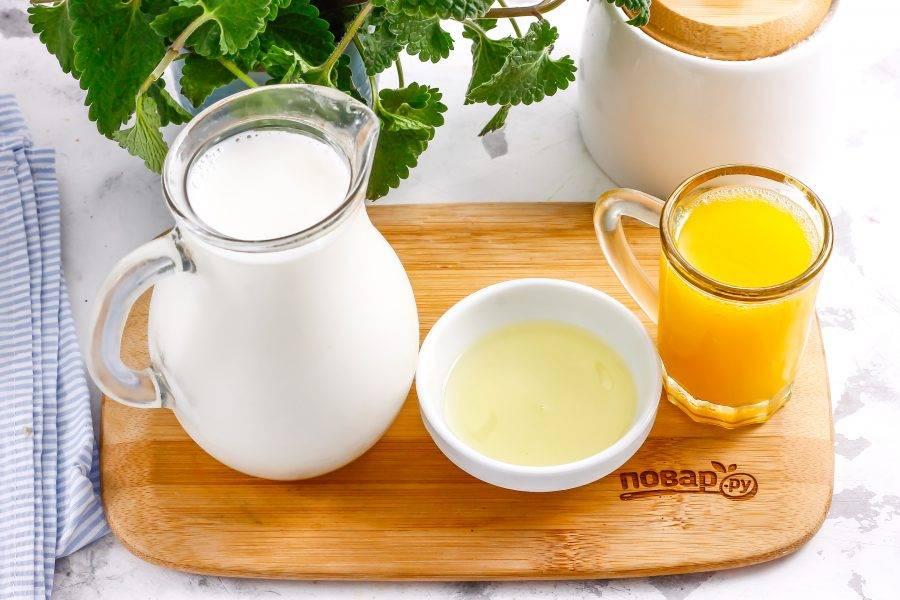 Подготовьте указанные ингредиенты. Молока должно быть в три раза больше, чем сока!