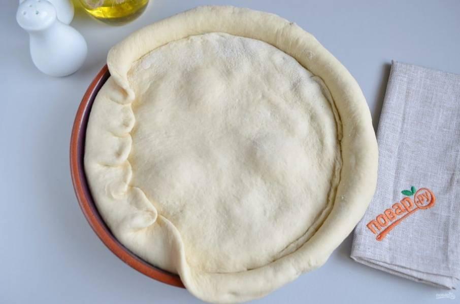 """6. Раскатайте по размеру """"крышечку"""" пирога, положите сверху и защипните край."""