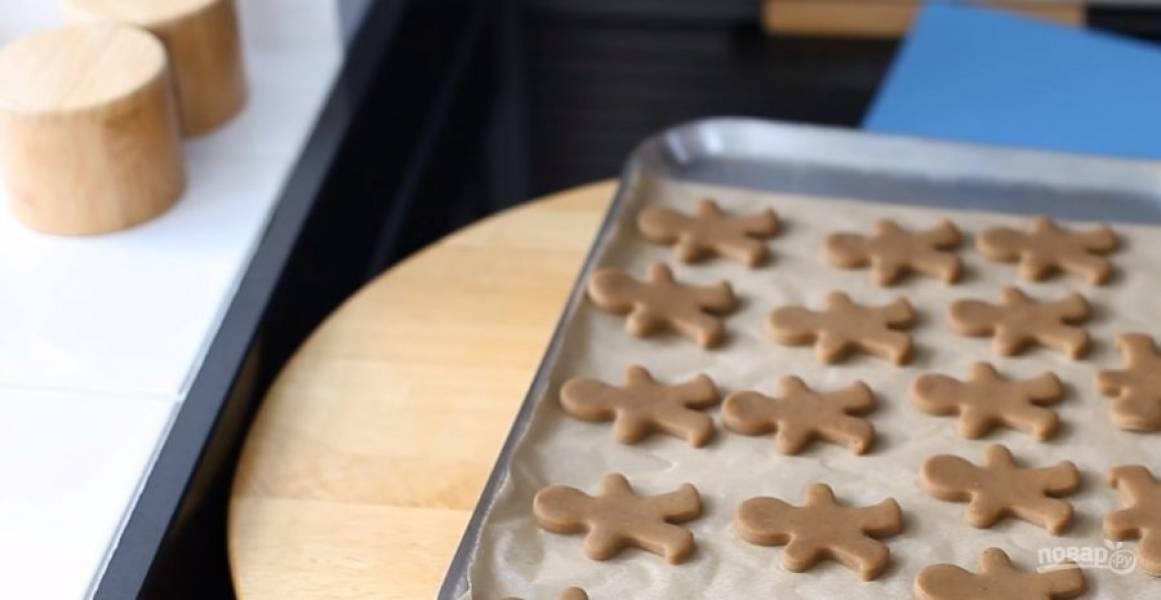 3. Отправьте в морозилку на 1 час. Раскатайте тесто в пласт толщиной 0,5 мм и выдавите формочками печенье. Поместите печенье в морозильник на 20 минут. Разогрейте духовку и противень до 200 градусов.