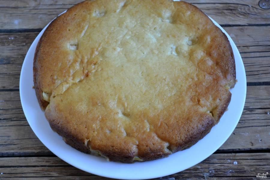 Запекайте пирог в духовке до золотистой корочки и сухой спички (примерно 35-40 минут). Приятного чаепития!