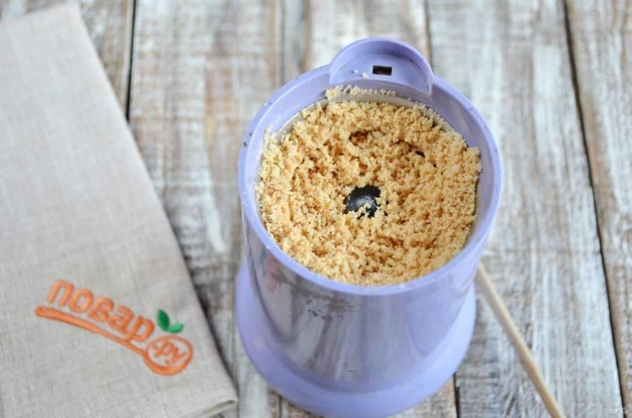 3. Жареный и очищенный арахис измельчите в крошку, небольшую горсть оставьте для украшения печенья.