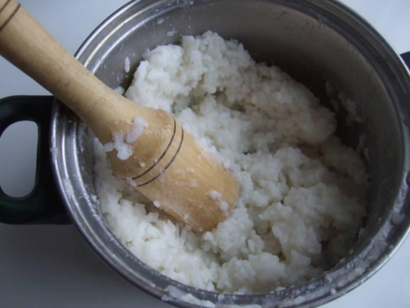 2. Теперь отварим рис в подсоленной воде. Водой заливаем так, чтобы на 3 см была поверх риса. Когда рис будет готов, - воду сливаем, а рис толчем толкушкой в пюре.