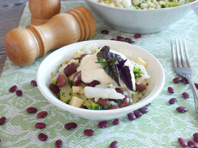 Салат можно подать как индивидуально, так и в общем салатнике. Заправку и зелень базилика необходимо подать отдельно от салата. Приятного аппетита!