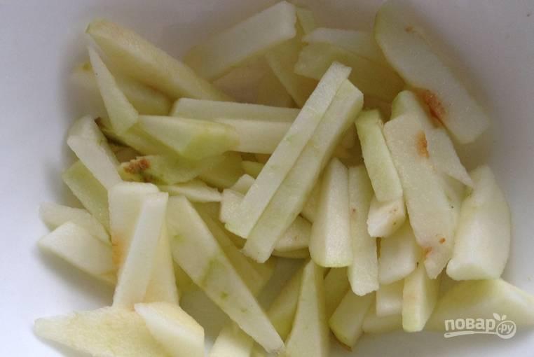 Снимите кожицу с яблока, нарежьте мякоть брусочками.