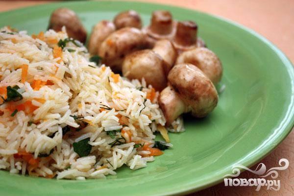 5.Теперь рис выкладываем на тарелки. К нему очень неплохо подать обжаренные шампиньоны, хоть это и не обязательно.