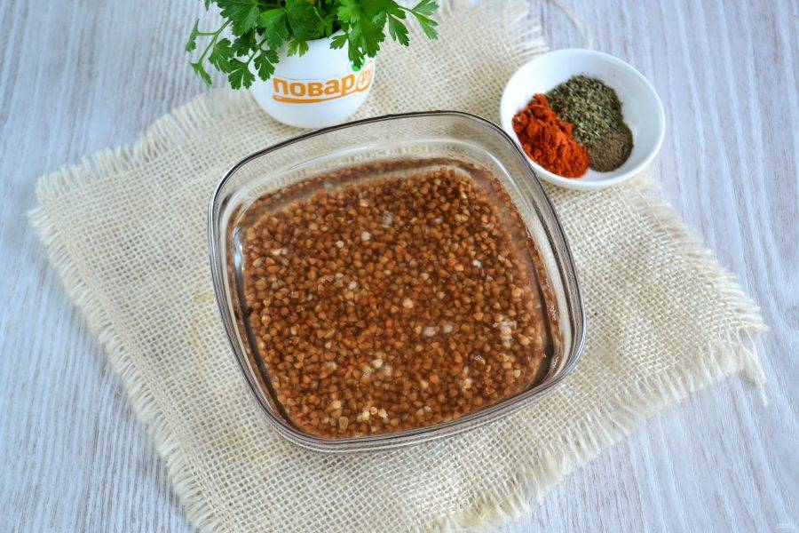 Гречку залейте горячей водой и оставьте на 1-2 часа, чтобы крупа размякла.