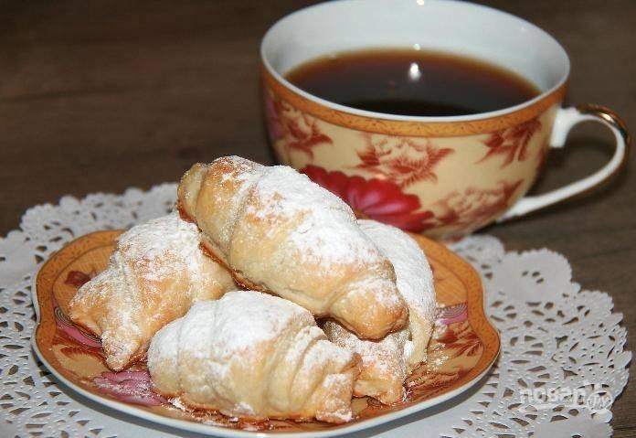 Запекайте круассаны при 200 градусах в течение 15 минут. Подавайте выпечку с сахарной пудрой. Приятного чаепития!