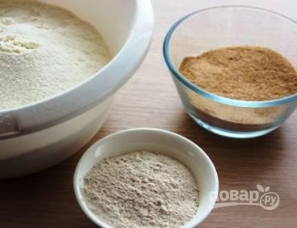 Хорошо просеиваем ржаную, пшеничную и гречневую муку. Изюм необходимо замочить на 10 минут в теплой воде, а орехи порубить, но не очень мелко.