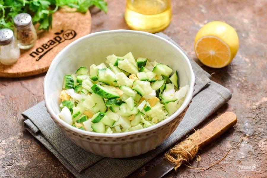 Свежий огурец нарежьте полосками и добавьте в салат.