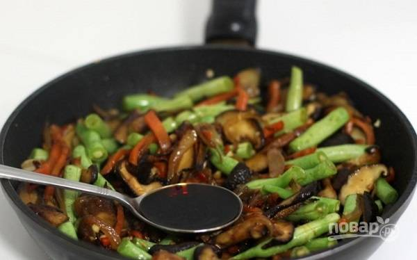 5. Верните на сковороду мясо, добавьте соевый соус и влейте бульон. Оставьте на среднем огне тушиться до полной готовности мяса.  Приятного аппетита!