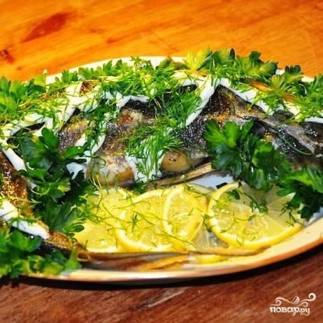 Готовую рыбку посыпаем зеленью и подаем к столу. Гарнир не нужен, ведь в брюшке у стерляди - рисовая начинка. Готово!