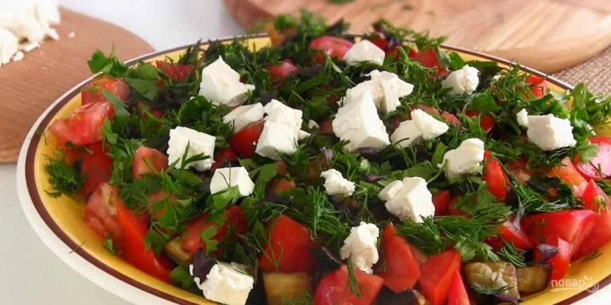 3. Грецкие орехи порубите ножом, зелень (петрушку, укроп и базилик) порубите. Выложите салат на блюдо: баклажаны, помидоры, зелень, фету и орехи. Сбрызните салат оливковым маслом. Приятного аппетита!