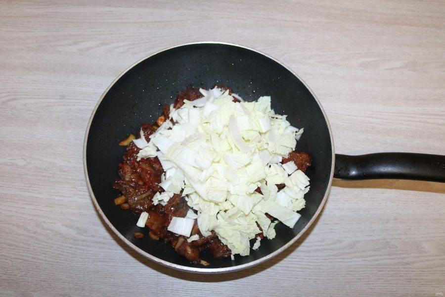 Добавьте пекинскую капусту и сельдерей, обжаривайте 2 минуты.