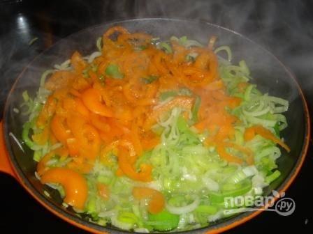 2.Тем временем мою болгарские перцы, разрезаю их и очищаю от семян, нарезаю тонкой соломкой и отправляю к луку.