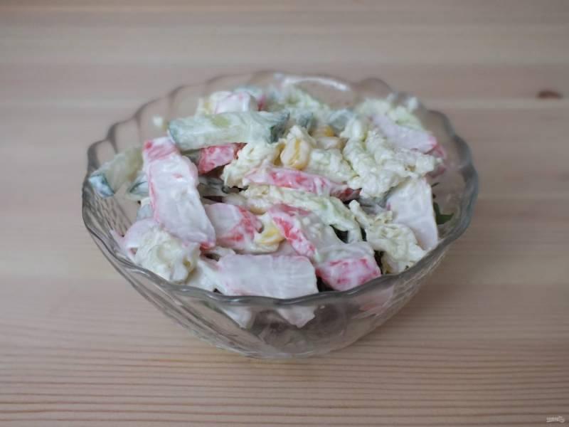Далее выложите слой крабового салата.
