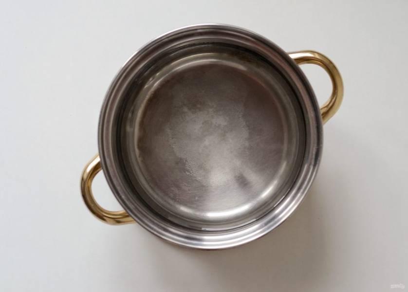 Приготовьте рассол. Вскипятите воду с сахаром и солью, остудите до комнатной температуры.