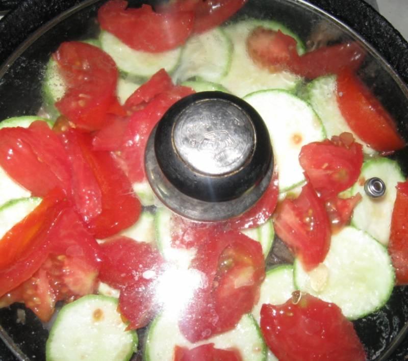 5. В конце отправляем помидоры, выдавливаем чеснок и тушим еще около 7 минут, после чего можно залить 150 гр воды и довести до готовности наше мясо с овощами.
